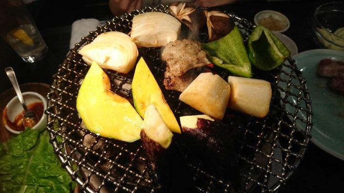 塩テツを囲む焼き野菜