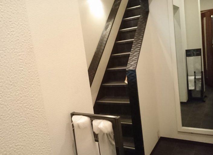 鶏一途の階段