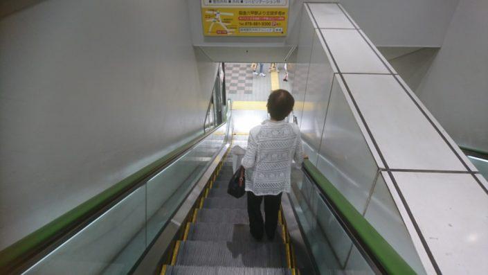 阪急六甲駅の下りエスカレーター
