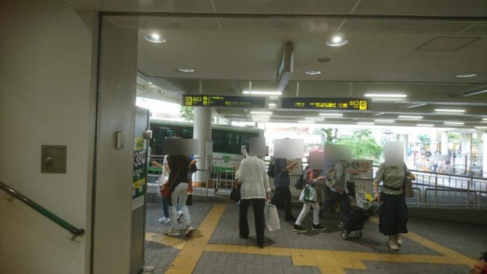 阪急六甲駅のエスカレーターを降りたところ