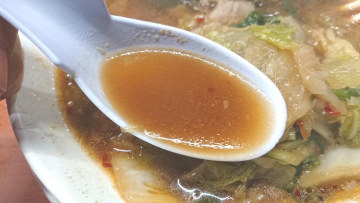 彩華ラーメンのスープ