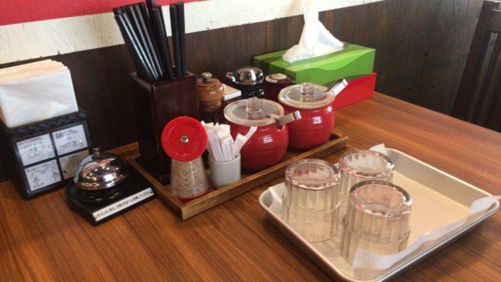 テーブルの上の調味料等