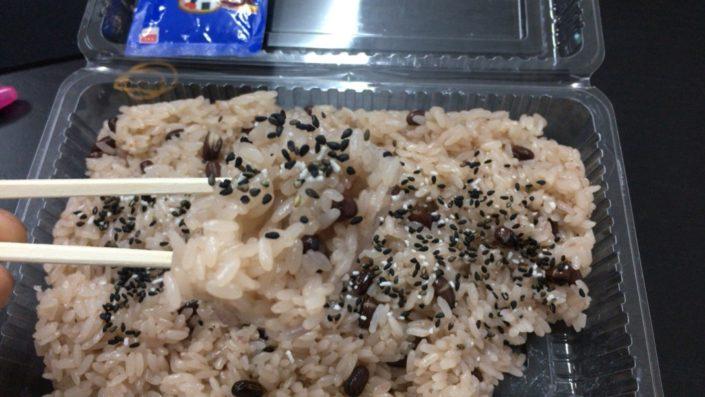 赤飯を食べる